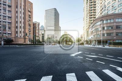 Sticker vide route goudronnée d'une ville moderne avec des gratte-ciel