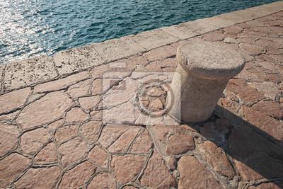 Vieux amarrage navale Borne debout sur la jetée de pierre au Monténégro