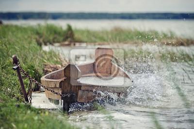 Vieux bateau sur la rive du lac