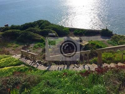 Vieux escalier cassé à côté de l'océan