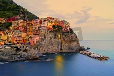 Sticker Village de Manarola, Italie, sur la côte des Cinque Terre au coucher du soleil
