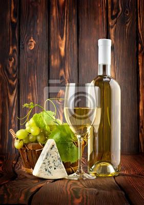 Vin blanc avec des raisins et fromage bleu