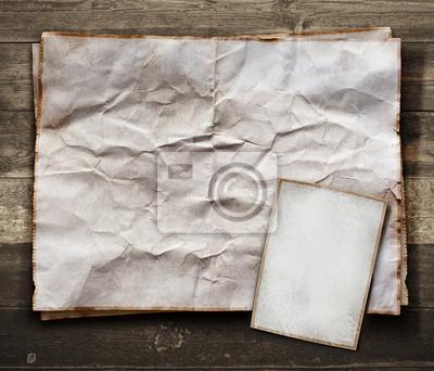Vintage carte de papier sur la texture bois