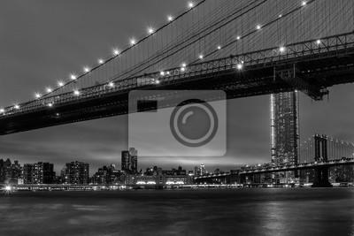 vue de nuit de manhattan de brooklyn en noir et blanc
