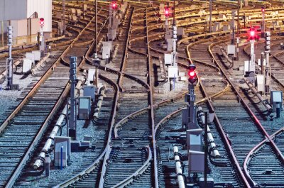 Vue de nuit de voies ferrées en dépôt, Kiev