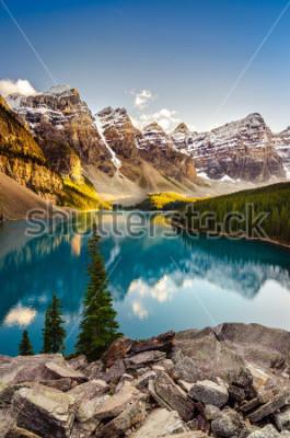 Sticker Vue du paysage du lac Moraine et de la chaîne des montagnes au coucher du soleil dans les montagnes Rocheuses canadiennes