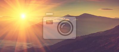 Sticker Vue panoramique des montagnes, paysage d'automne avec des collines brumeuses au lever du soleil.