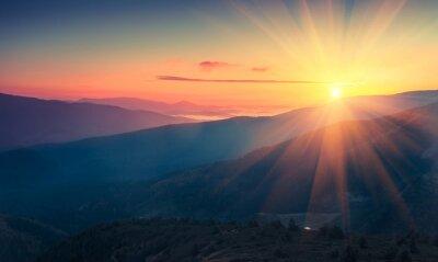 Sticker Vue panoramique du lever de soleil coloré dans les montagnes. Image filtrée: effet vintage traité en croix.