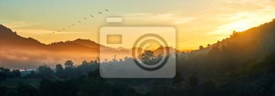 Sticker Vue panoramique sur la forêt et les montagnes, paysage d'été avec des collines brumeuses au lever du soleil près de la côte Ngapali, Birmanie.