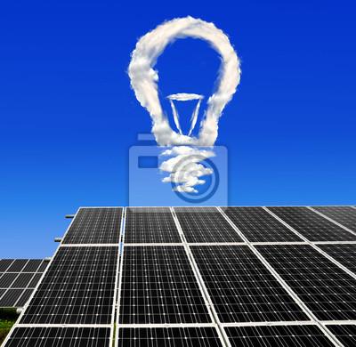 Ampoule de nuages au-dessus des panneaux solaires
