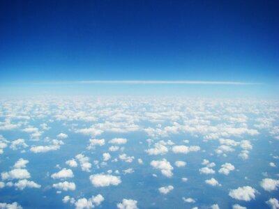 Ciel bleu et nuages blancs. Journée ensoleillée. Nuageux.