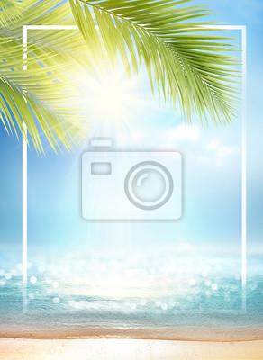 Sticker Fond d'été avec cadre, nature de la plage tropicale dorée avec des rayons de soleil et de palme de feuilles. Gros plan plage de sable doré, eau de mer, ciel bleu, nuages blancs. Espace copie, concep