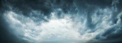 Sticker Fond de ciel dramatique. Nuages orageux dans le ciel sombre. Moody Cloudscape. L'image panoramique peut être utilisée comme bannière Web ou en-tête Wide Site. Photo tonique et filtrée avec copie esp