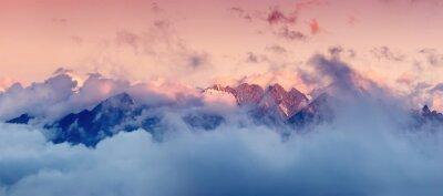 Sticker Haute montagne dans les nuages au lever du soleil. Beau paysage panoramique