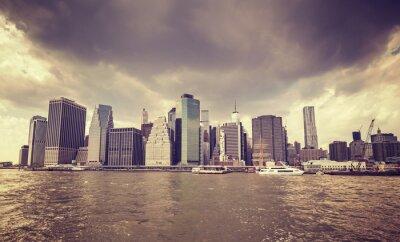 Sticker Pourpre vieux film stylisé nuages pluvieux sur le front de mer de Manhattan, NYC.