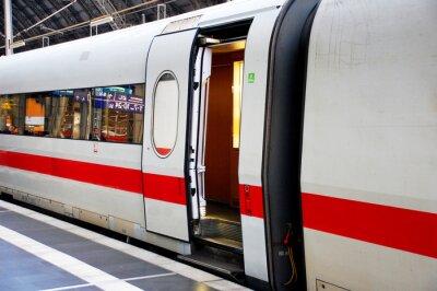 Sticker Zug im Bahnhof mit offener Tür